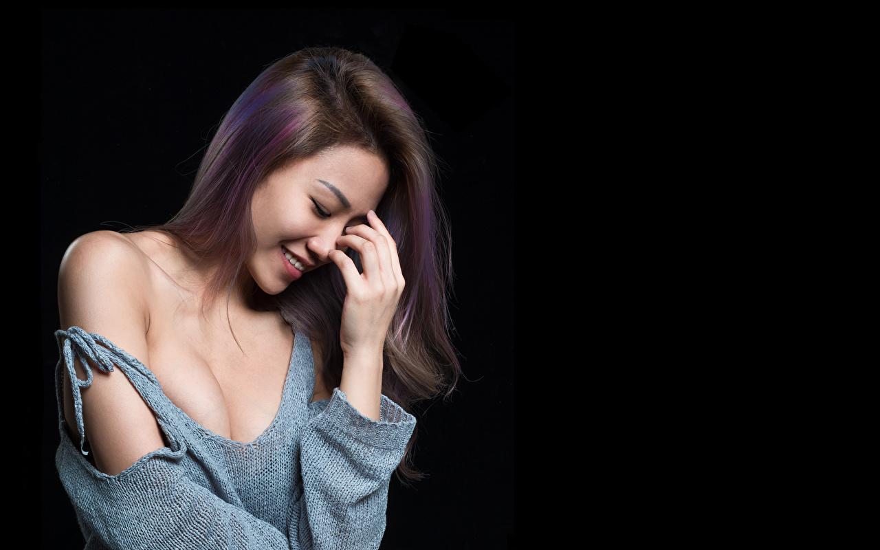 Фотографии Улыбка Волосы Девушки Азиаты свитере рука Черный фон улыбается волос девушка молодые женщины молодая женщина Свитер свитера азиатка азиатки Руки на черном фоне