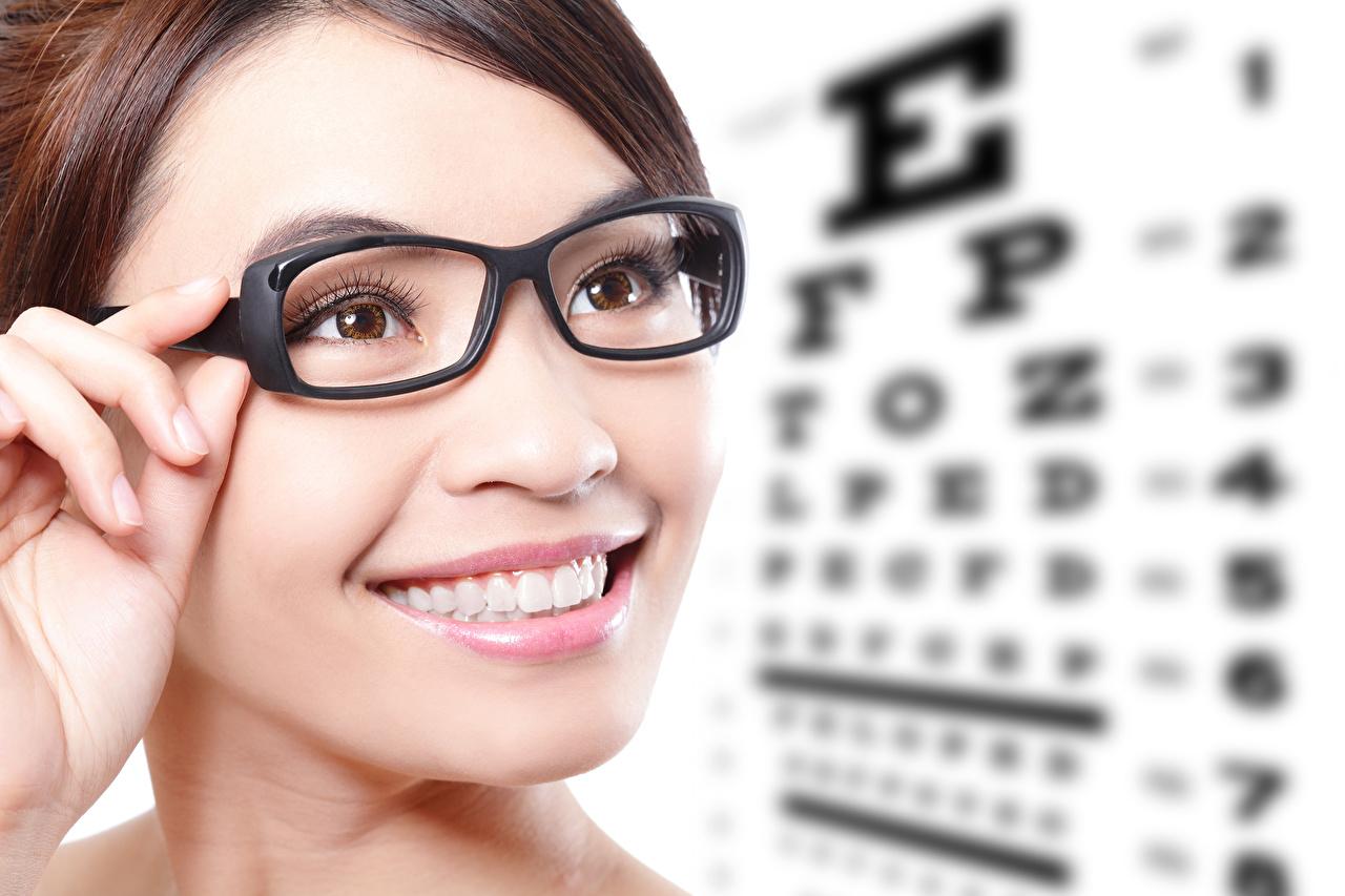 Фотография Улыбка лица молодые женщины Зубы Очки Пальцы улыбается Лицо девушка Девушки молодая женщина очков очках