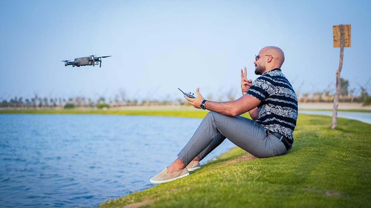 Фото Квадрокоптер мужчина Лысый траве Сидит Мужчины лысые без волос сидя Трава сидящие