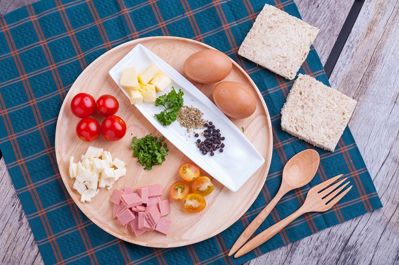 Картинки яиц Томаты Колбаса Завтрак Хлеб Пища вилки ложки Доски яйцо Яйца яйцами Помидоры Еда Ложка Вилка столовая Продукты питания