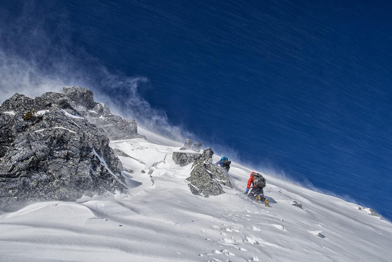 Картинка альпинисты Скала Альпинизм спортивная снега Альпинист Утес скале скалы Спорт спортивные спортивный Снег снегу снеге