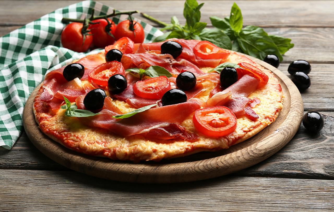 Картинка Пицца Оливки Томаты Быстрое питание Пища Доски Помидоры Фастфуд Еда Продукты питания