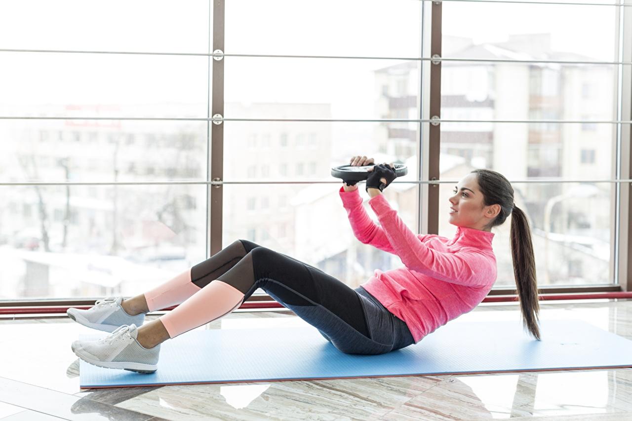 Картинка тренируется Фитнес Спорт девушка Окно Тренировка физическое упражнение Девушки спортивные спортивная спортивный молодая женщина молодые женщины окна