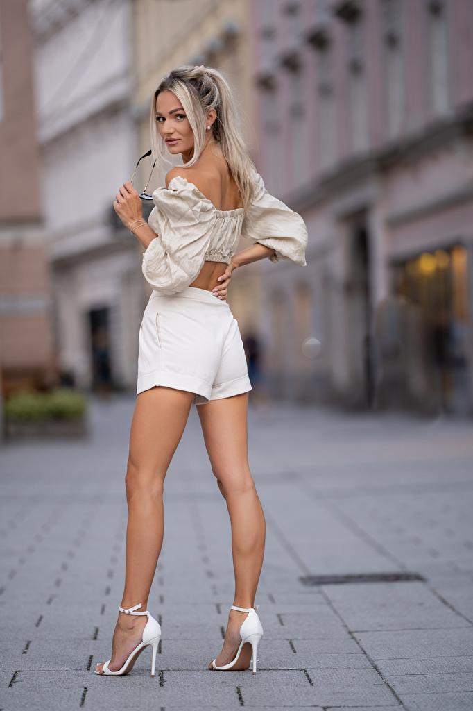 Фотография Блондинка Размытый фон позирует Блузка Девушки Ноги шортах Взгляд  для мобильного телефона блондинки блондинок боке Поза девушка молодая женщина молодые женщины ног шорт Шорты смотрит смотрят