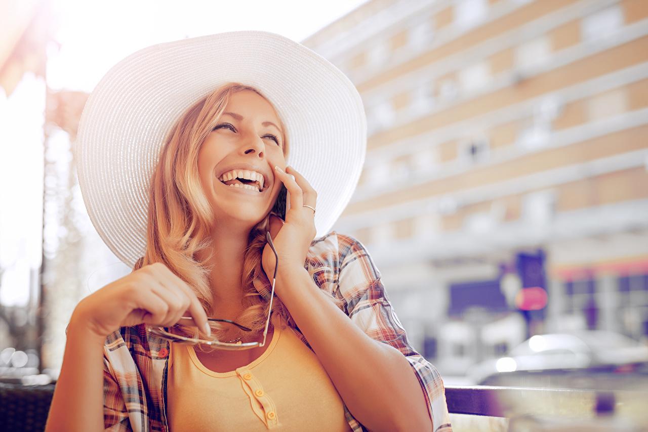 Фото Блондинка смеется Шляпа Девушки блондинки блондинок Смех смеются шляпы шляпе девушка молодая женщина молодые женщины