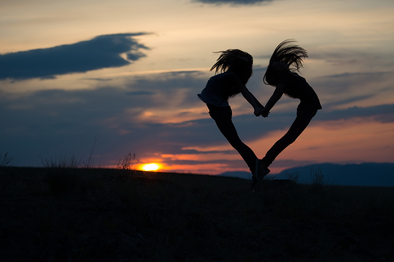 Фото сердечко Силуэт 2 Девушки Рассветы и закаты Вечер Сердце Двое вдвоем