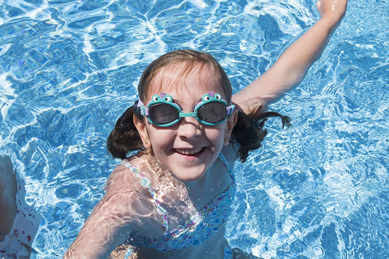 Картинки девочка Плавательный бассейн улыбается Дети Вода очков смотрит Девочки Бассейны Улыбка ребёнок воде Очки очках Взгляд смотрят