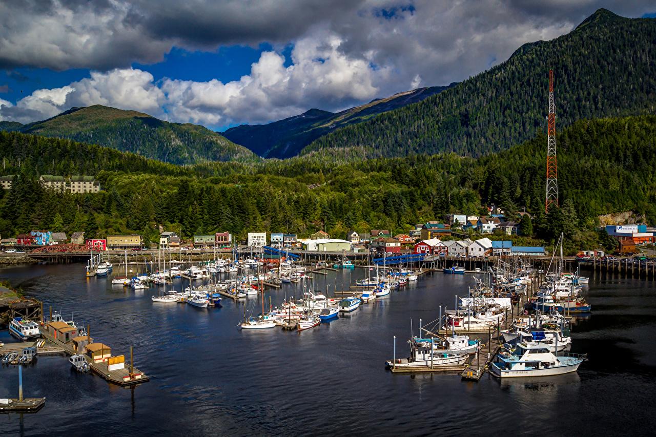 Картинка Аляска Ketchikan гора Леса Яхта Катера Пристань Города Здания Горы лес Пирсы Причалы Дома город