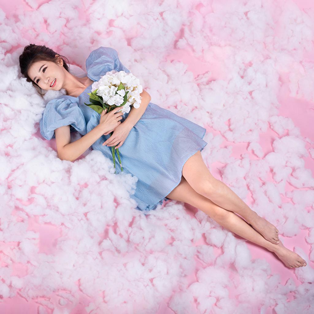 Обои для рабочего стола лежа букет молодая женщина Азиаты Платье Лежит лежат лежачие Букеты девушка Девушки молодые женщины азиатки азиатка платья