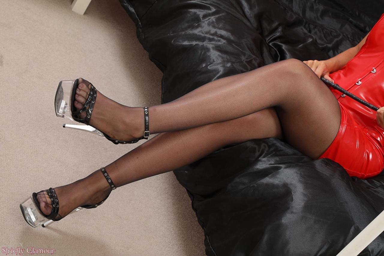 Фото колготках девушка Ноги сидящие вблизи Туфли колготок Колготки Девушки молодая женщина молодые женщины ног сидя Сидит Крупным планом туфель туфлях