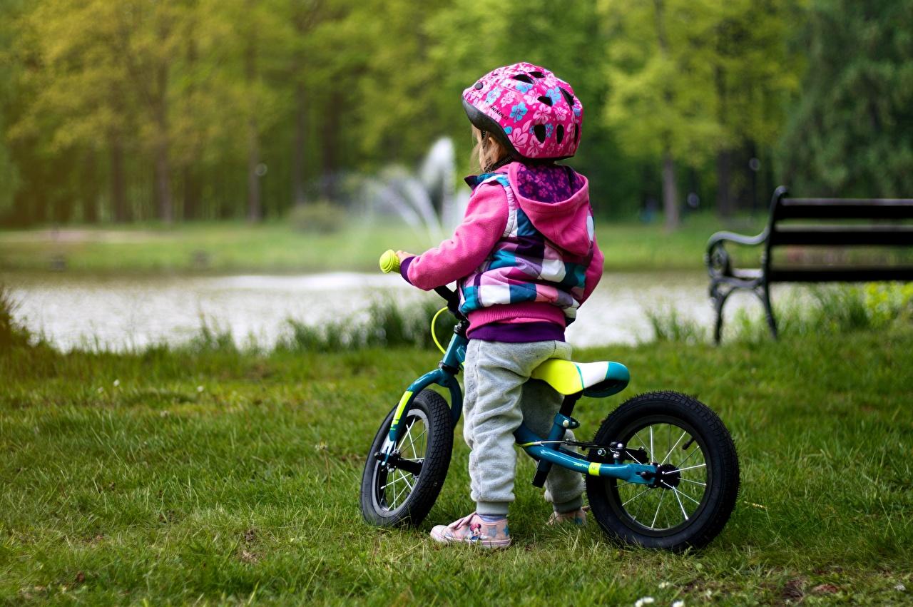 Фото девочка шлема ребёнок велосипеды траве Девочки Шлем в шлеме Дети Велосипед велосипеде Трава