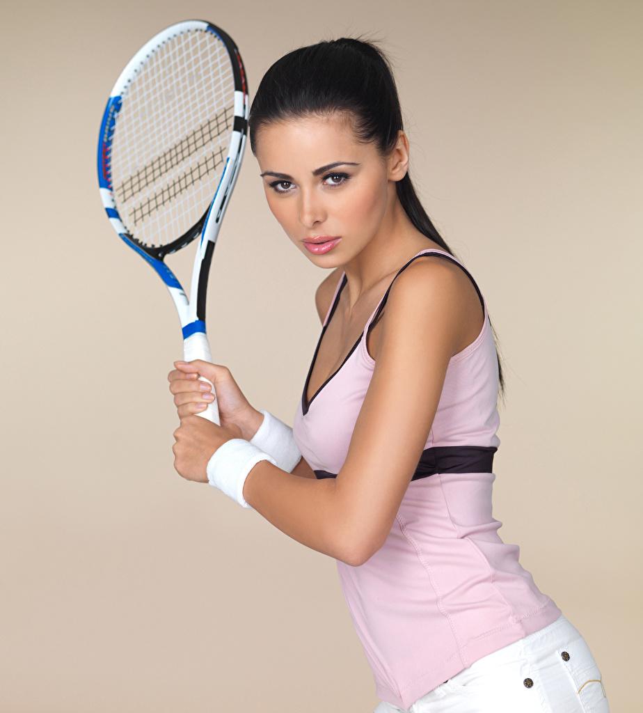 Картинка Брюнетка позирует девушка спортивные Теннис Руки смотрят Цветной фон брюнетки брюнеток Поза Спорт Девушки спортивная спортивный молодая женщина молодые женщины рука Взгляд смотрит