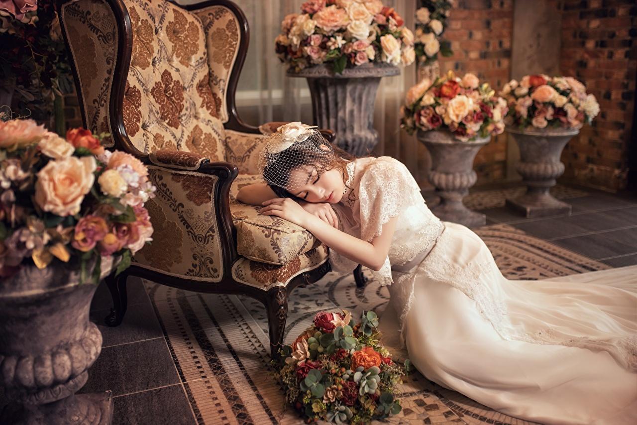 Фотография Невеста Лежит Букеты молодые женщины азиатки Руки Кресло платья невесты лежа лежат лежачие букет девушка Девушки молодая женщина Азиаты азиатка рука Платье
