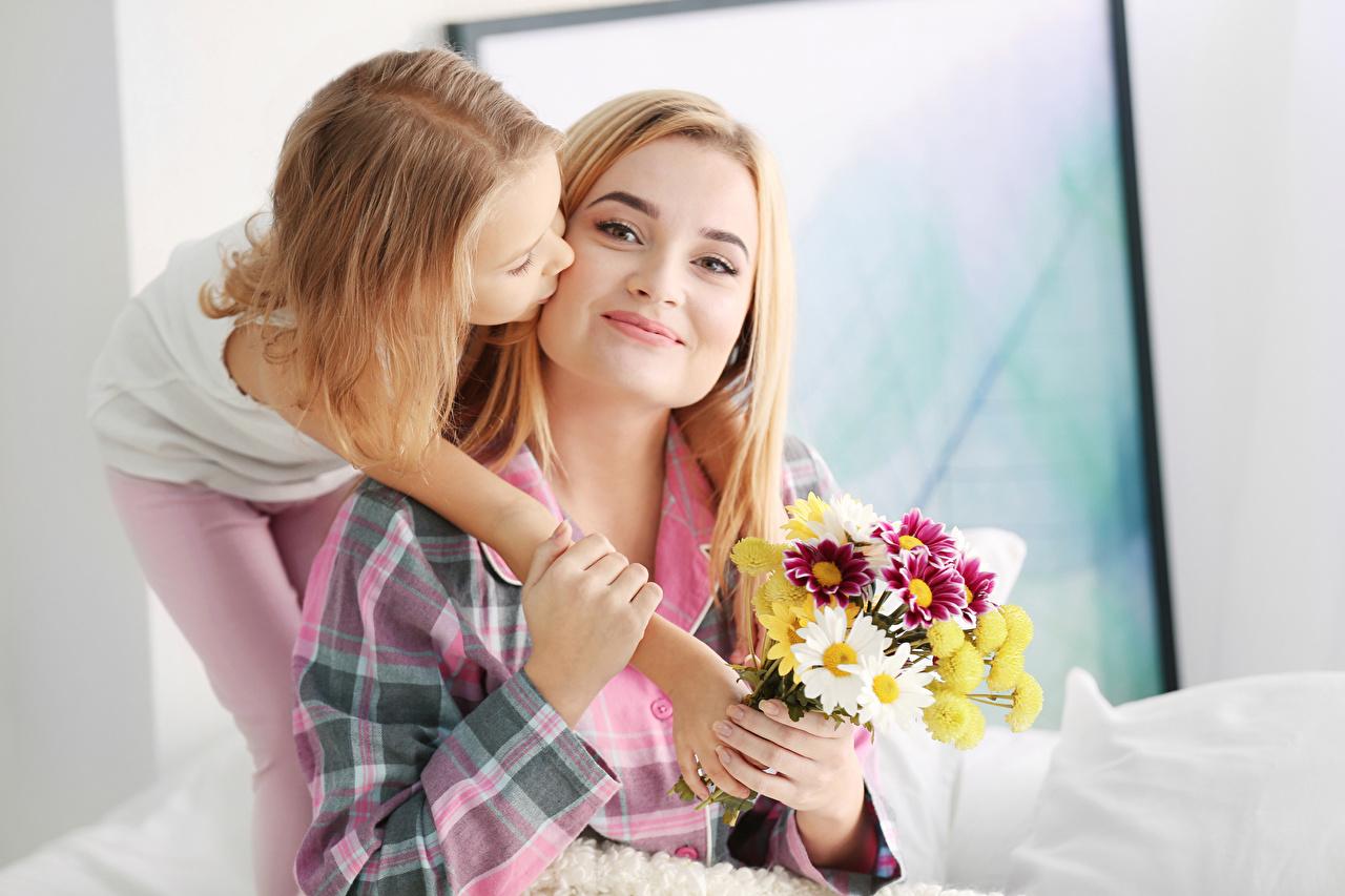 Фото Девочки Блондинка Мать Дети Букеты Двое Девушки Руки Мама Ребёнок 2 вдвоем
