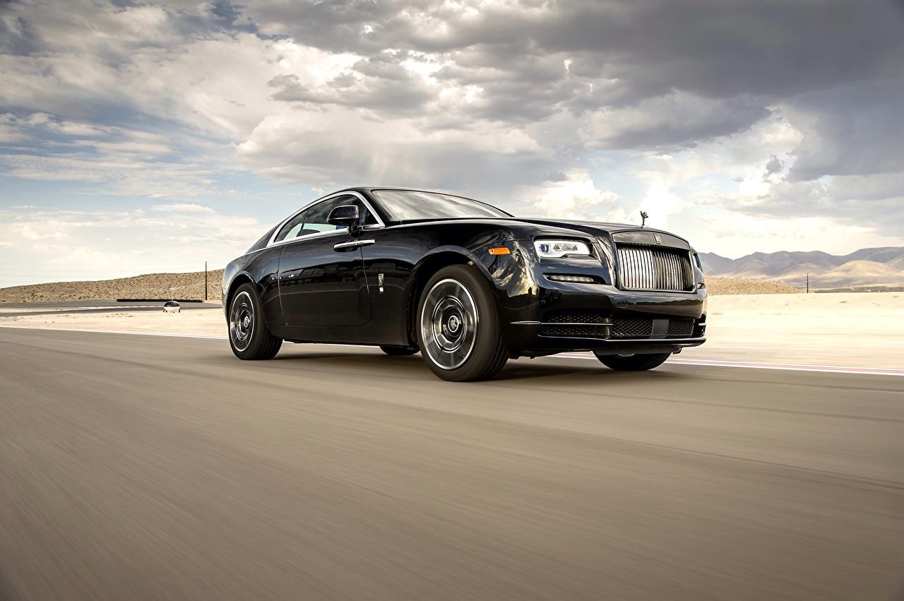 Фотография Rolls-Royce Wraith Black Badge Черный едущий машины Роллс ройс черных черные черная едет едущая скорость Движение авто машина автомобиль Автомобили