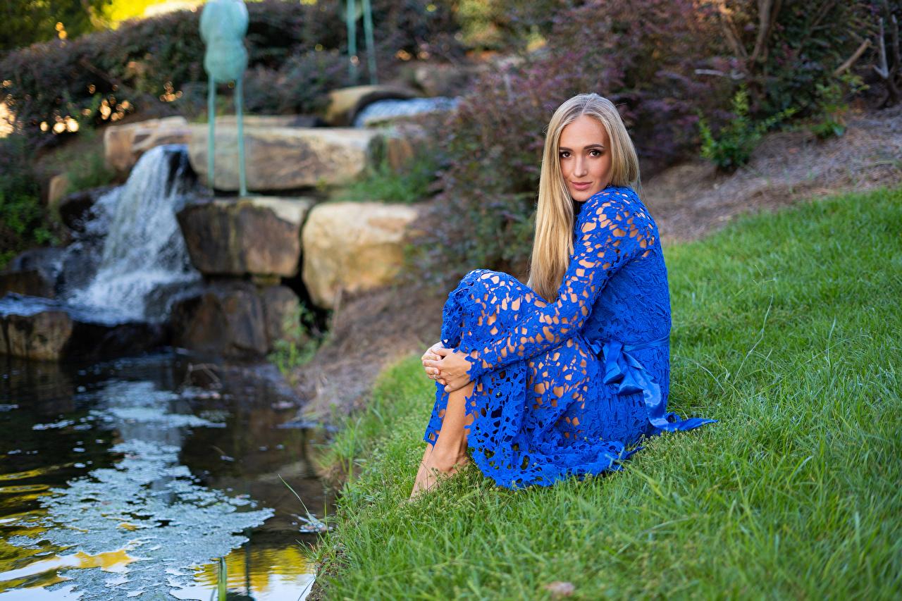 Фотография молодые женщины Сидит Взгляд Olga Clevenger Камни траве платья Блондинка Ручей девушка Девушки молодая женщина сидя сидящие смотрит смотрят Трава Камень Платье блондинки блондинок ручеек