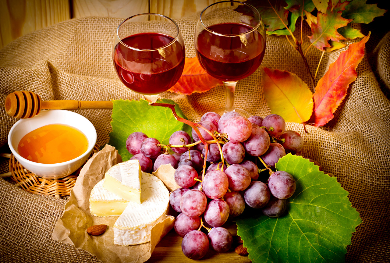 Обои Мед Вино Сыры Виноград Пища Бокалы Натюрморт Еда Продукты питания