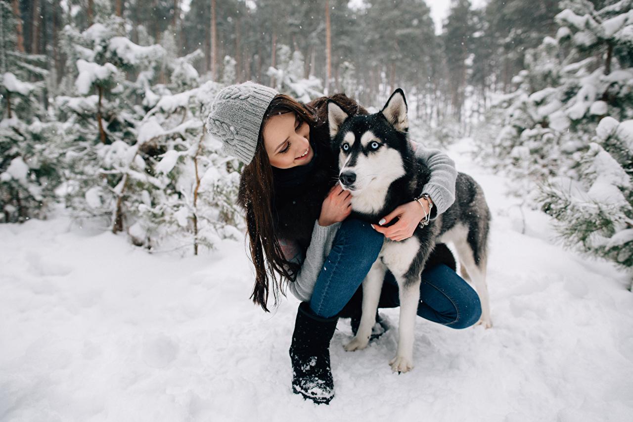 Обои для рабочего стола Хаски Собаки шатенки улыбается зимние в шапке молодые женщины Животные собака Шатенка Улыбка Зима Шапки шапка Девушки девушка молодая женщина животное