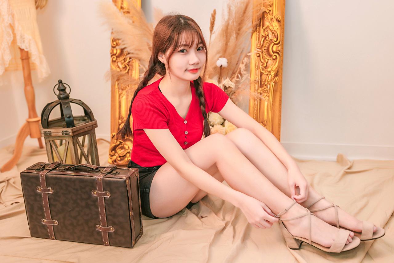 Обои для рабочего стола Шатенка Коса молодые женщины Ноги азиатки чемоданы сидящие Взгляд шатенки косы косички девушка Девушки молодая женщина ног Азиаты азиатка Чемодан чемоданом сидя Сидит смотрит смотрят