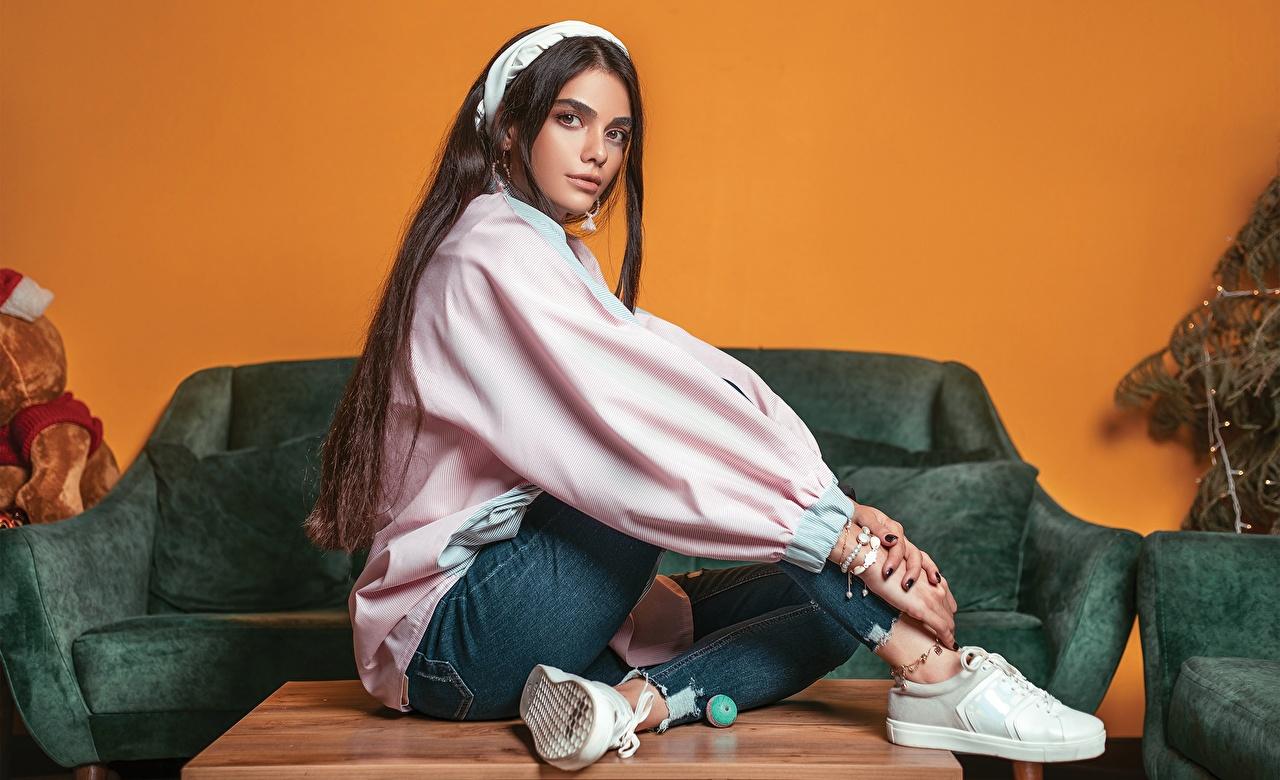 Фотография кедах Ali Pazani Поза Красивые Девушки Джинсы сидящие Кеды кедами позирует красивый красивая девушка молодые женщины молодая женщина джинсов сидя Сидит