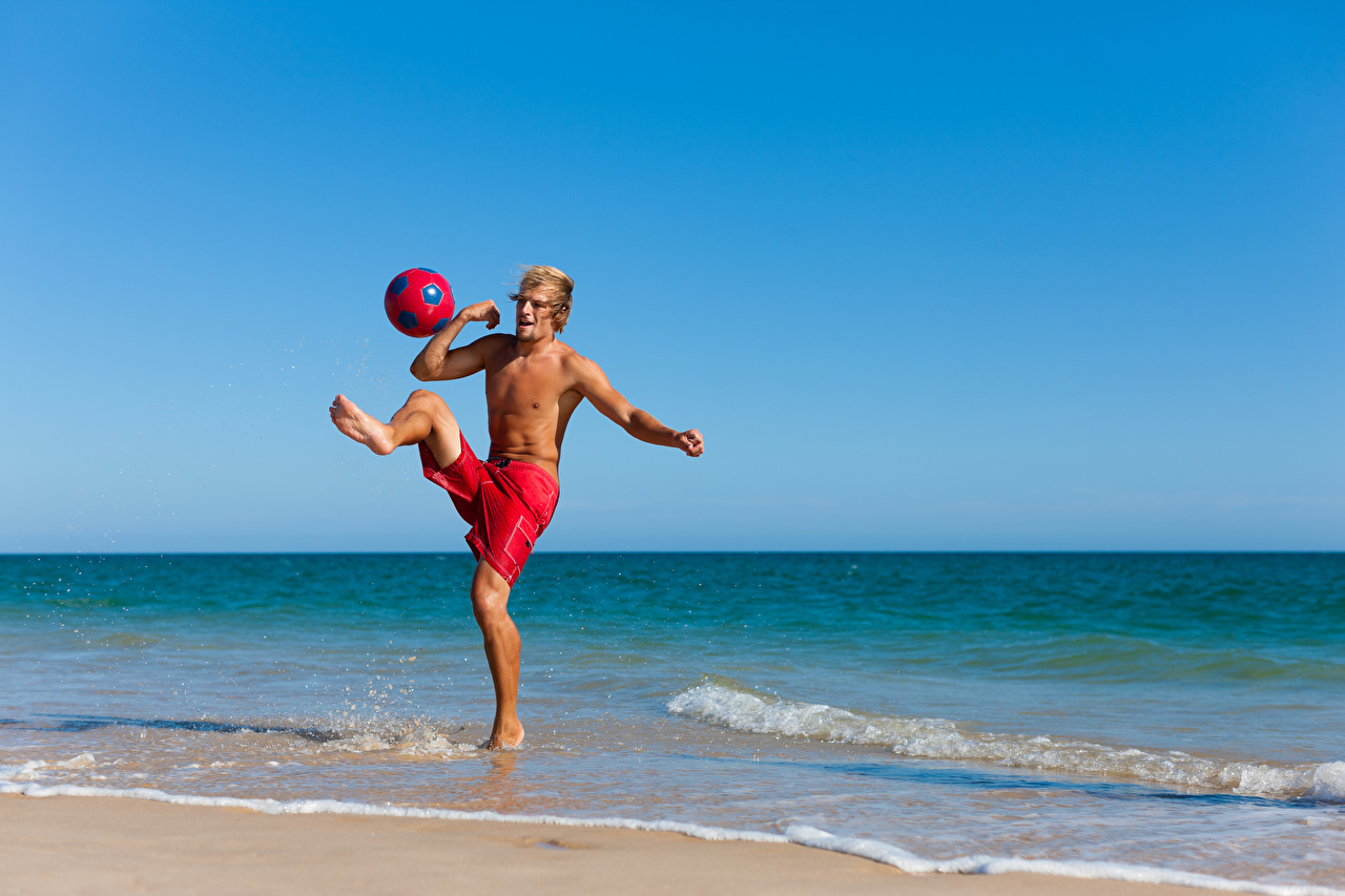 Фото Мужчины Тренировка спортивная Ноги Мяч берег мужчина тренируется физическое упражнение Спорт спортивный спортивные ног Мячик Побережье