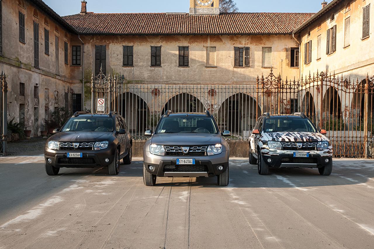 Фотография Dacia Duster авто Трое 3 Спереди Дасиа три машина машины втроем автомобиль Автомобили