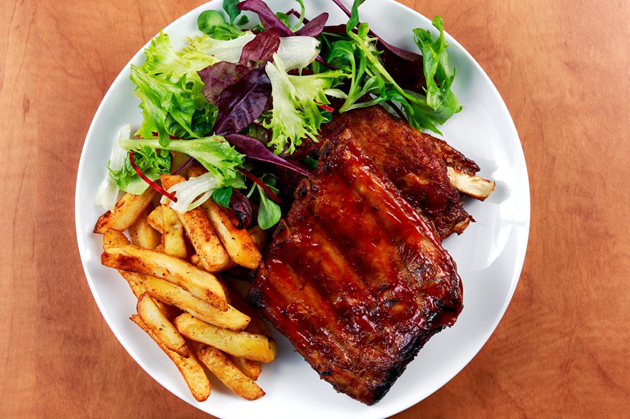 Картинки Картофель фри Пища Овощи тарелке Мясные продукты Вторые блюда Еда Тарелка Продукты питания