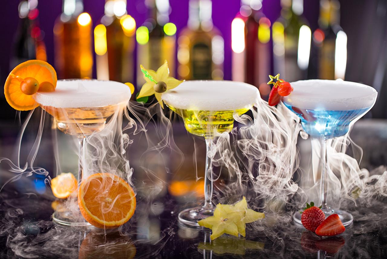Обои Алкогольные напитки Дым три бокал Фрукты Коктейль Продукты питания Еда Пища дымит Трое 3 втроем Бокалы