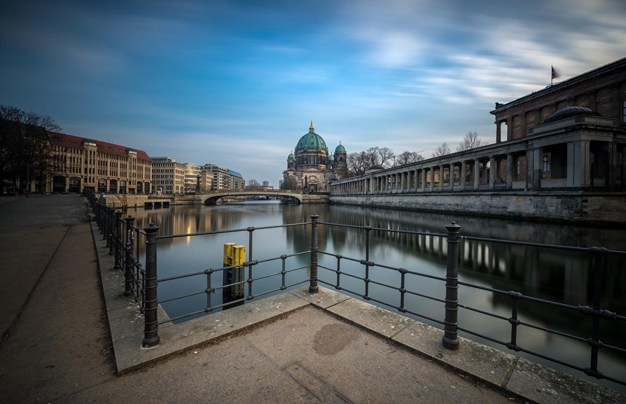 Картинки Берлин Германия Reichstag Мосты Реки набережной Дома Города мост река речка Набережная город Здания