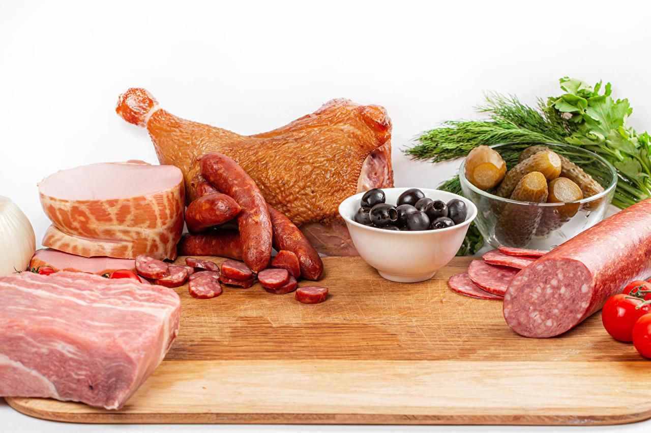 Фотография Оливки Огурцы Колбаса Ветчина Пища разделочной доске Мясные продукты Еда Продукты питания Разделочная доска