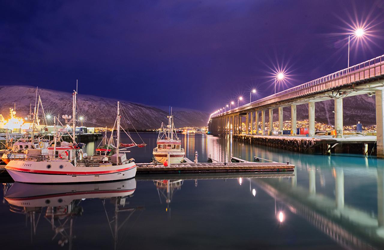Картинки Норвегия Tromso bridge Мосты Корабли Ночь Залив Пристань Уличные фонари Города Пирсы ночью в ночи Ночные Причалы