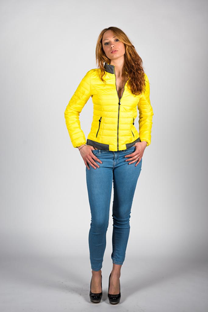 Картинки Модель Teresita позирует Куртка девушка Джинсы смотрит  для мобильного телефона фотомодель Поза куртке куртки куртках Девушки молодая женщина молодые женщины джинсов Взгляд смотрят