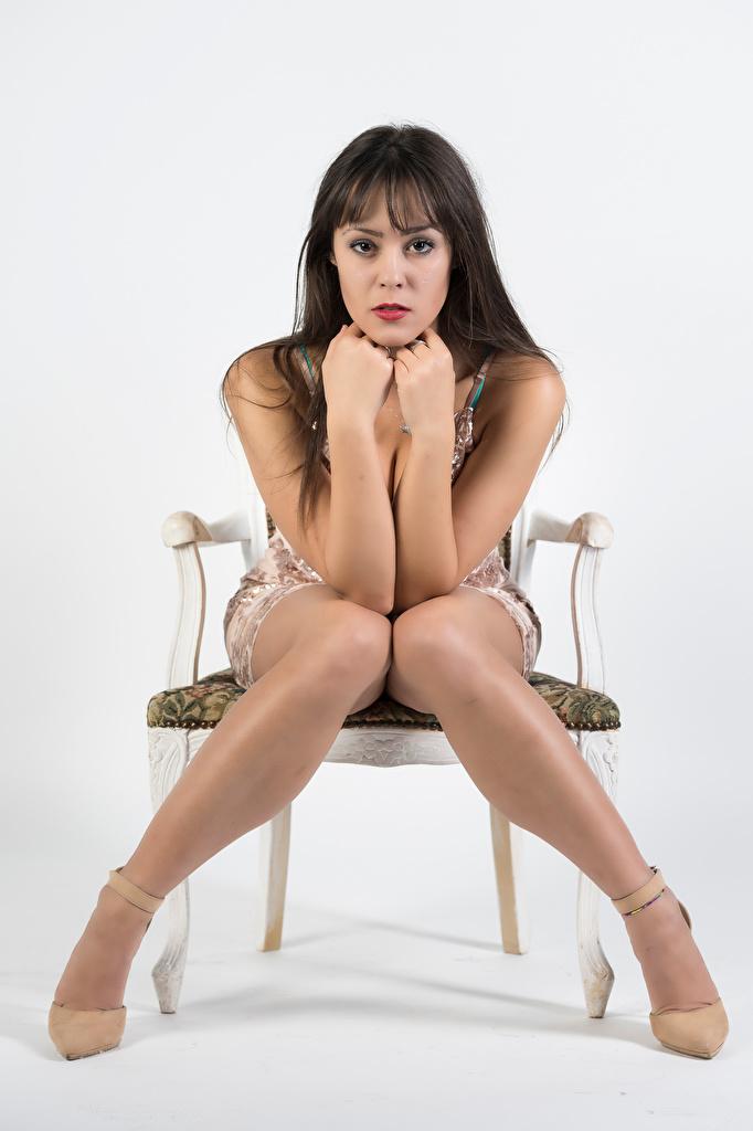 Фотографии Модель Vittoria позирует девушка ног стул сидя рука Взгляд Платье  для мобильного телефона фотомодель Поза Девушки молодая женщина молодые женщины Ноги Руки Сидит Стулья сидящие смотрит смотрят платья