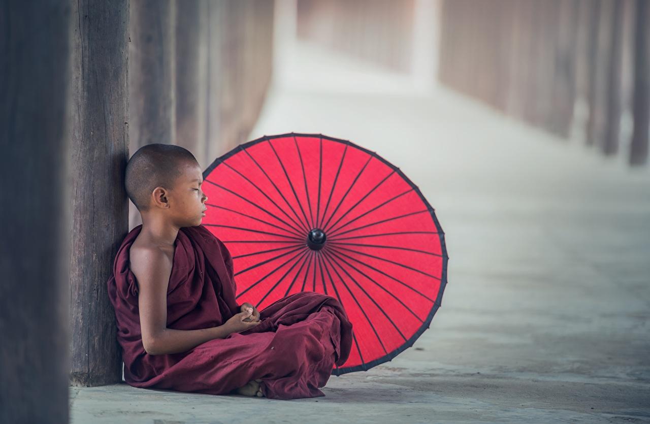 Обои для рабочего стола ребёнок Мальчики Монах азиатки сидя зонтом униформе Дети мальчик мальчишки мальчишка Азиаты азиатка Зонт Сидит зонтик сидящие Униформа