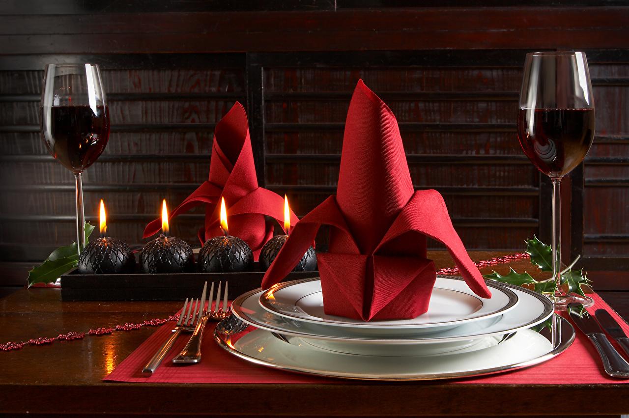 Картинки Рождество Вино Пища Свечи Бокалы Тарелка Вилка столовая Сервировка Новый год Еда вилки бокал тарелке Продукты питания накрытия стола