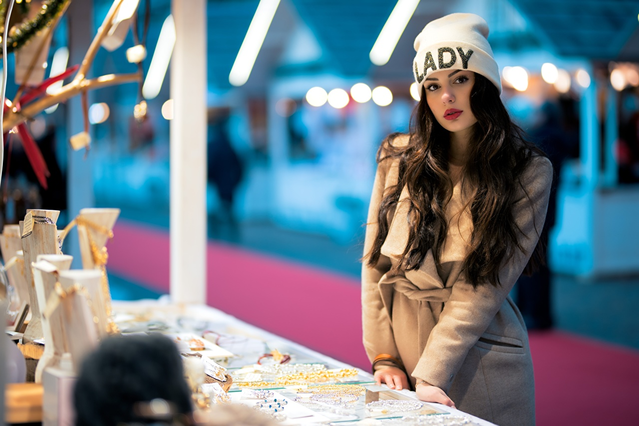 Картинки Ester Merja Брюнетка Размытый фон Пальто в шапке Девушки смотрит брюнетки брюнеток боке шапка Шапки девушка молодая женщина молодые женщины Взгляд смотрят