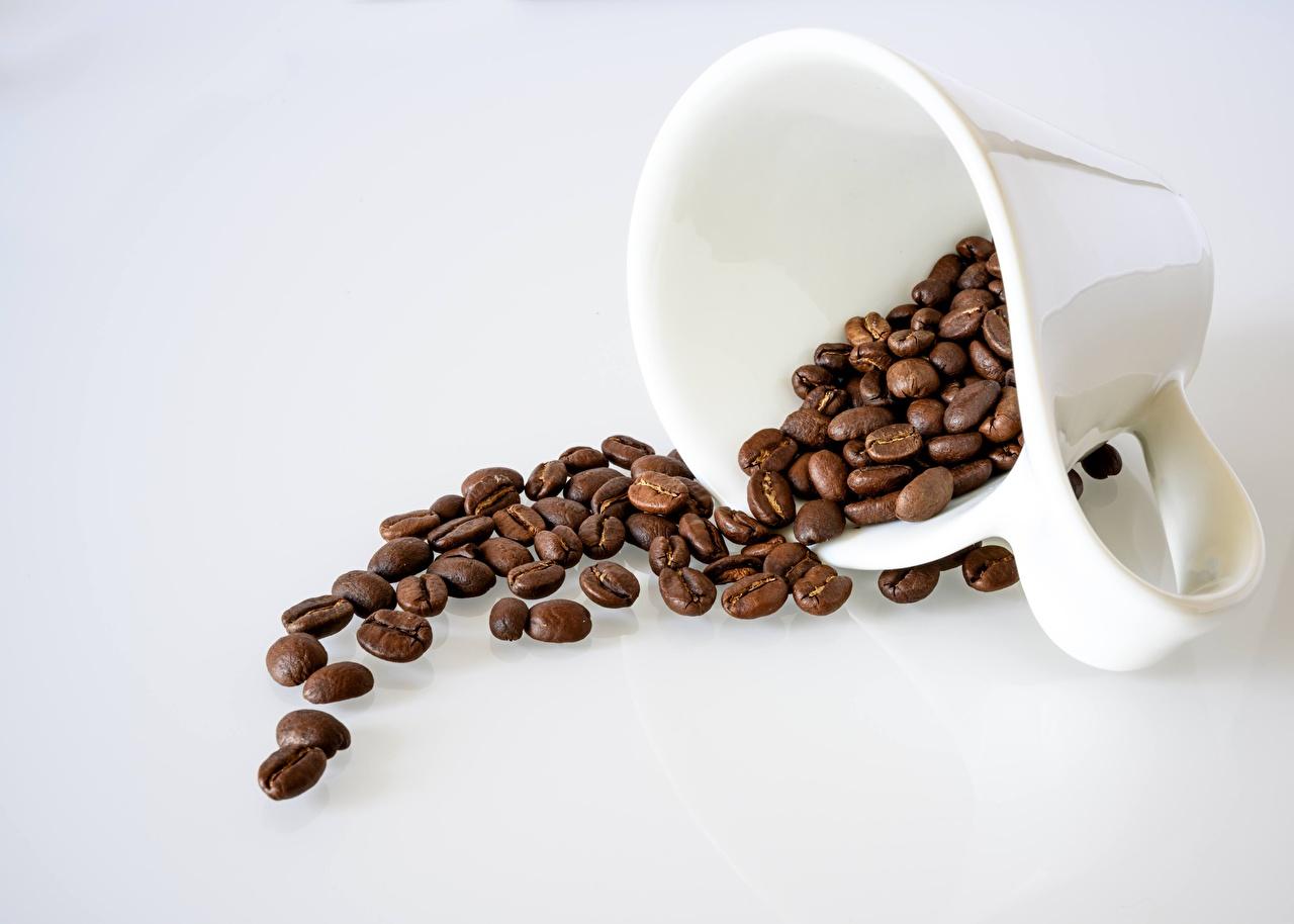 Фотография Кофе Зерна кружке Продукты питания сером фоне зерно Еда Пища кружки Кружка Серый фон
