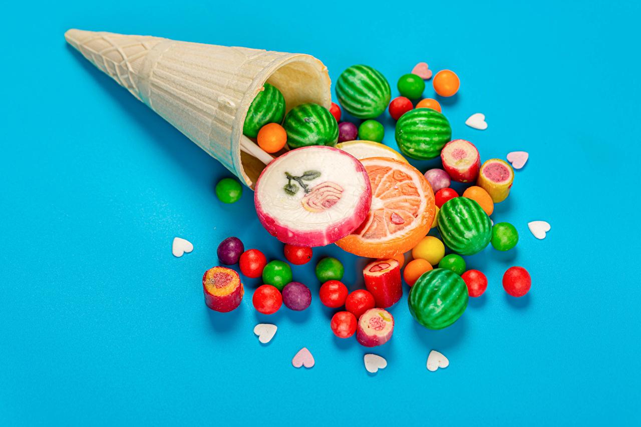 Фотография Сердце Драже Разноцветные Конфеты Леденцы Вафельный рожок Еда Цветной фон серце сердца сердечко Пища Продукты питания