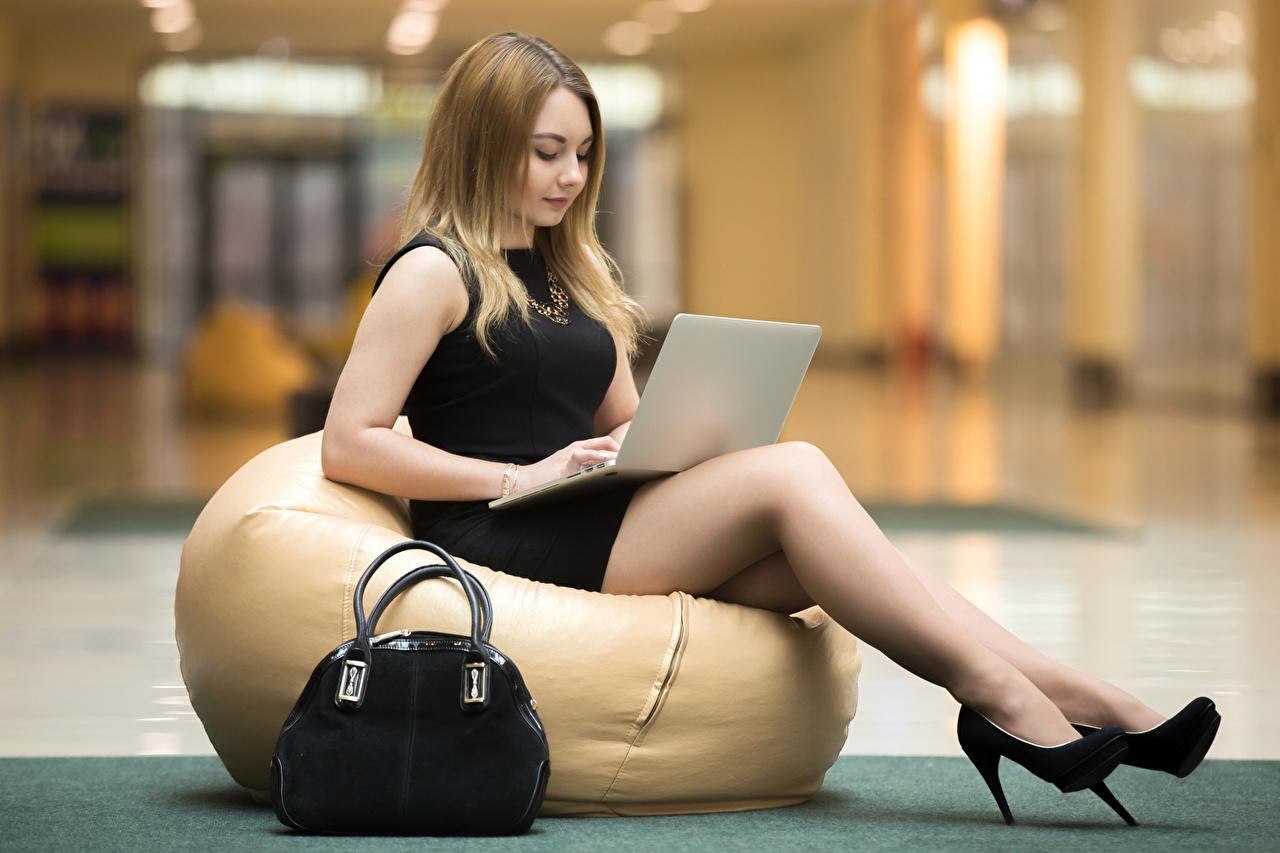 Фотография Ноутбуки Девушки ног Сидит Сумка Туфли ноутбук девушка молодые женщины молодая женщина Ноги сидя сидящие туфлях туфель