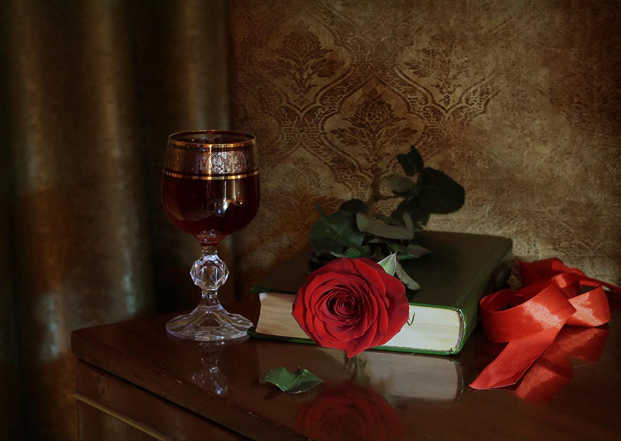 Обои для рабочего стола Розы Вино Красный цветок Книга Бокалы ленточка Натюрморт роза красных красная красные Цветы Лента бокал книги