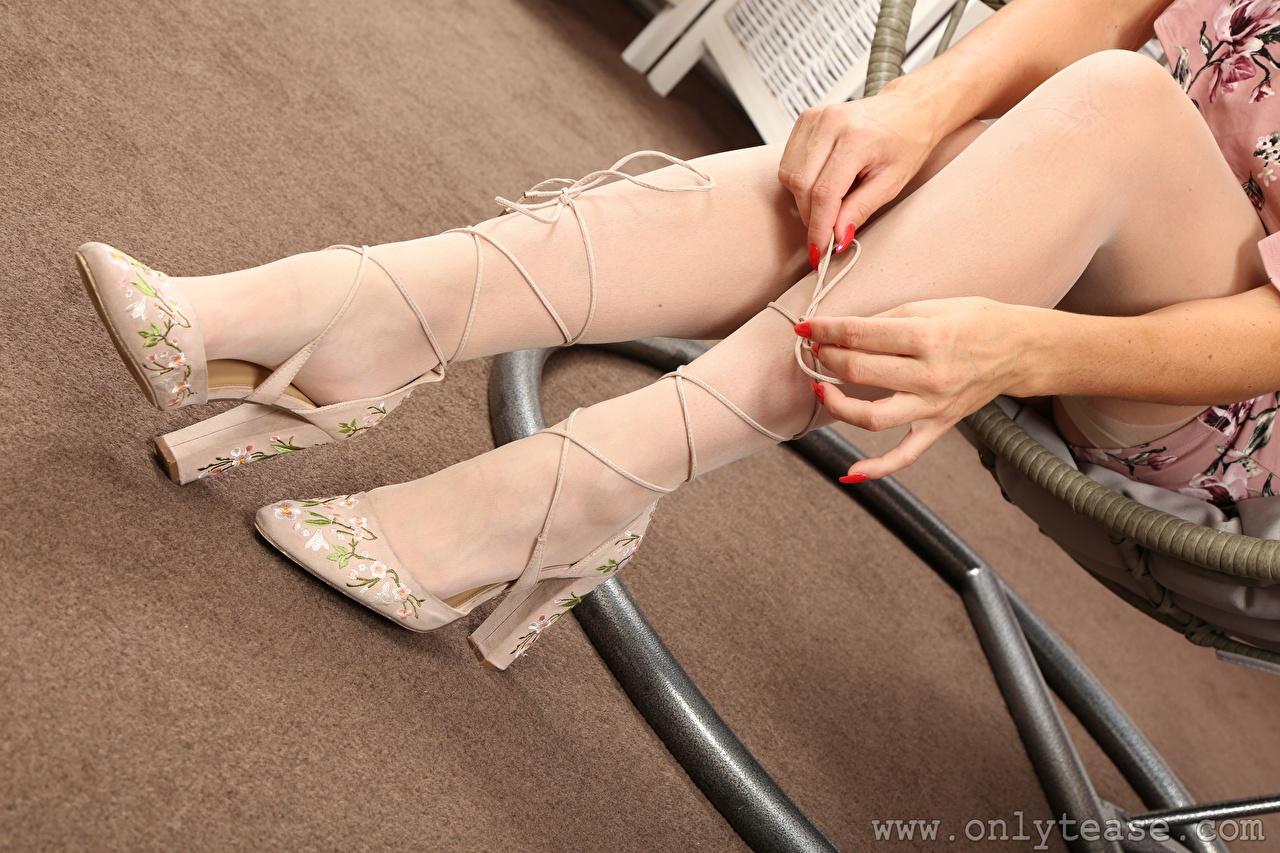 Фотографии Чулки девушка Ноги Руки Крупным планом Туфли чулках Девушки молодые женщины молодая женщина ног рука вблизи туфлях туфель