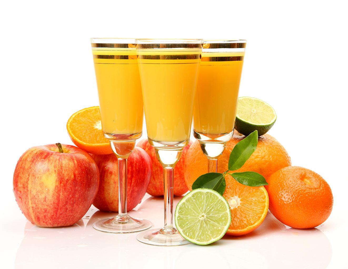Обои для рабочего стола Сок Мандарины Лимоны Яблоки Еда Бокалы белым фоном напиток Пища бокал Продукты питания Белый фон белом фоне Напитки