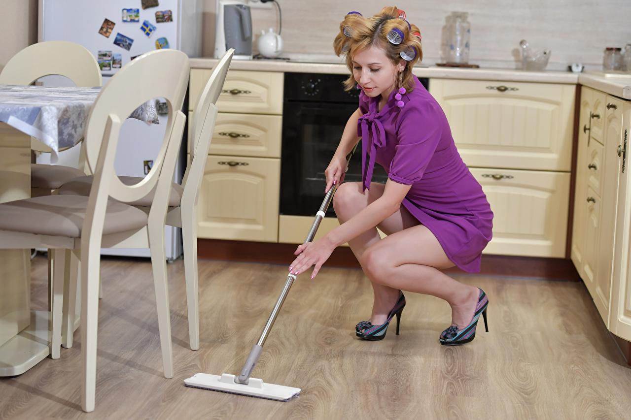 Фотографии девушка Кухня Victoria Borodinova ног Платье Уборщица Девушки молодая женщина молодые женщины кухни Ноги платья