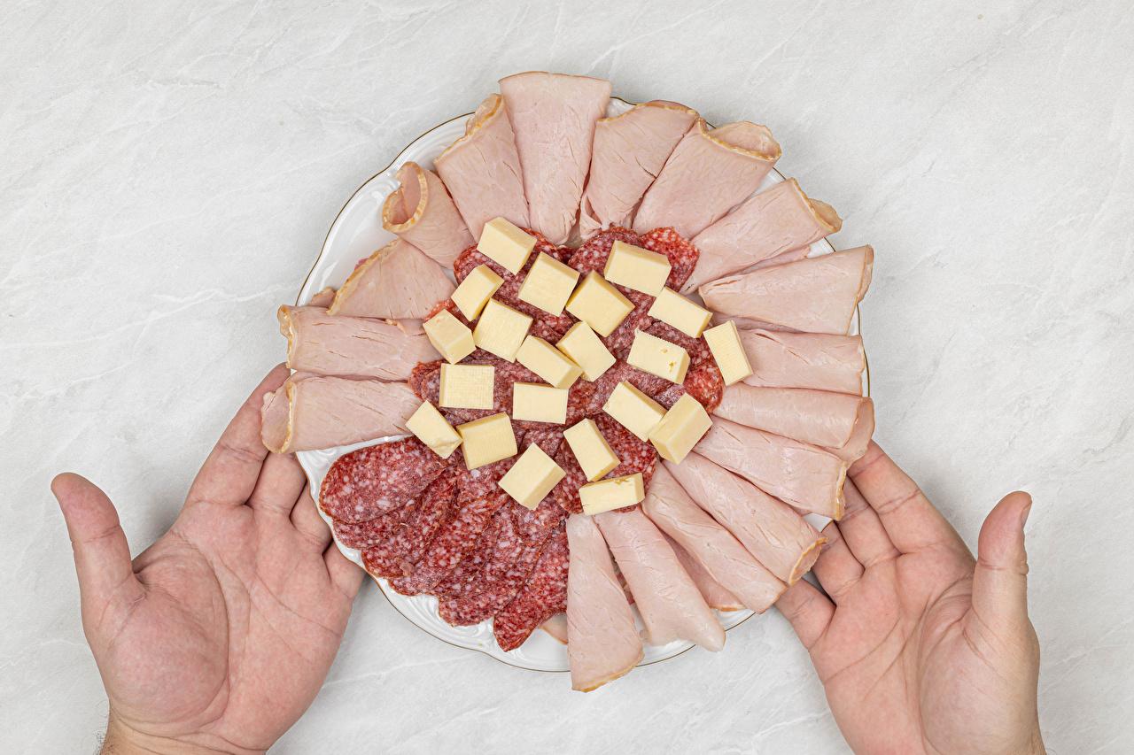 Фотографии Колбаса Сыры Ветчина Еда рука Тарелка нарезка Руки Пища тарелке Продукты питания Нарезанные продукты