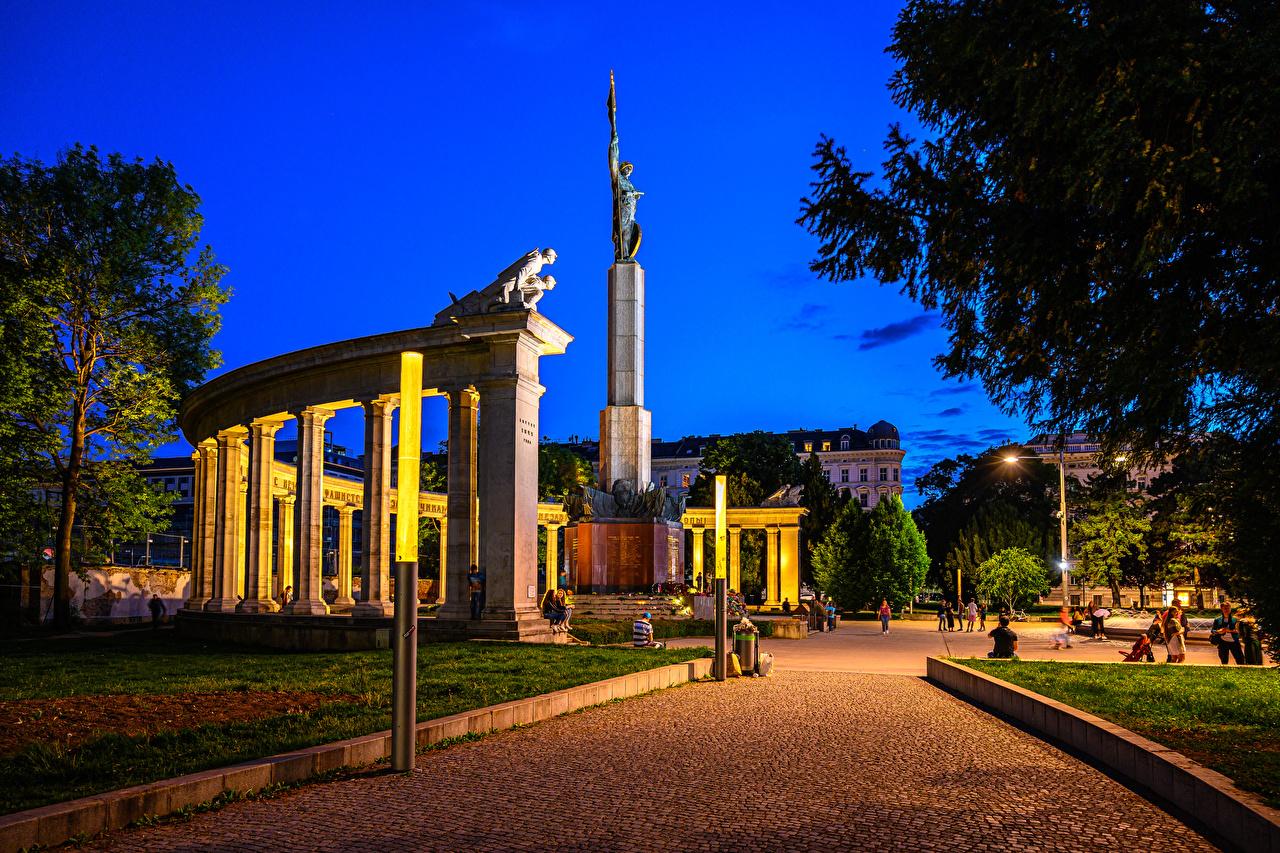 Обои для рабочего стола Вена Австрия Памятники городской площади Soviet War Memorial Вечер Города Городская площадь город