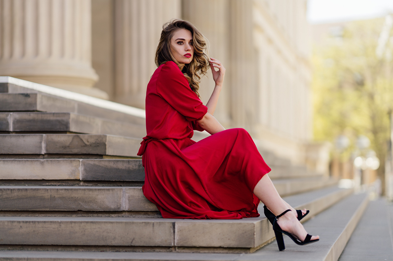 Фотография Модель Размытый фон Лестница молодая женщина Сидит смотрят Платье фотомодель боке Девушки девушка лестницы молодые женщины сидя сидящие Взгляд смотрит платья