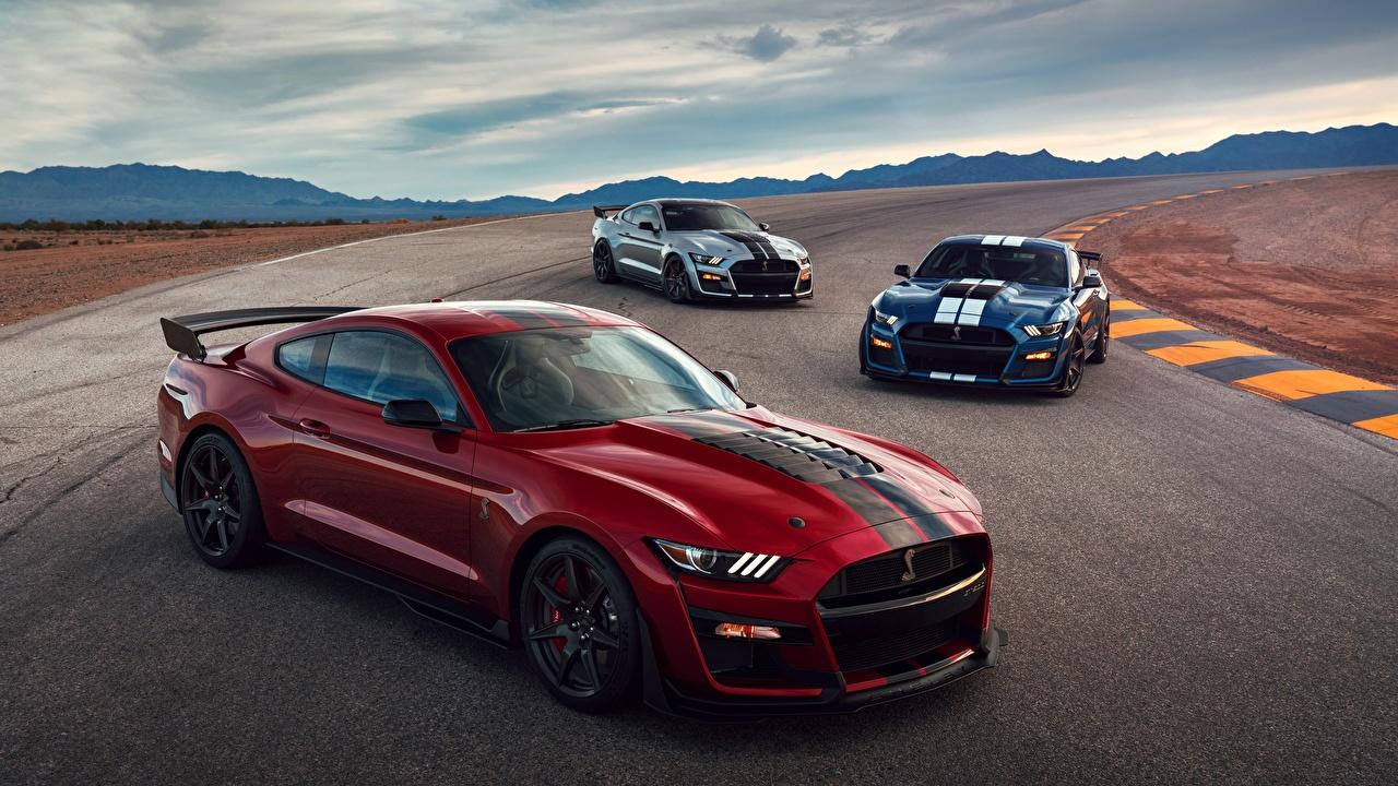 Фотографии Форд Mustang Shelby GT500 2019 Красный Трое 3 Машины Ford красных красные красная три Авто втроем Автомобили