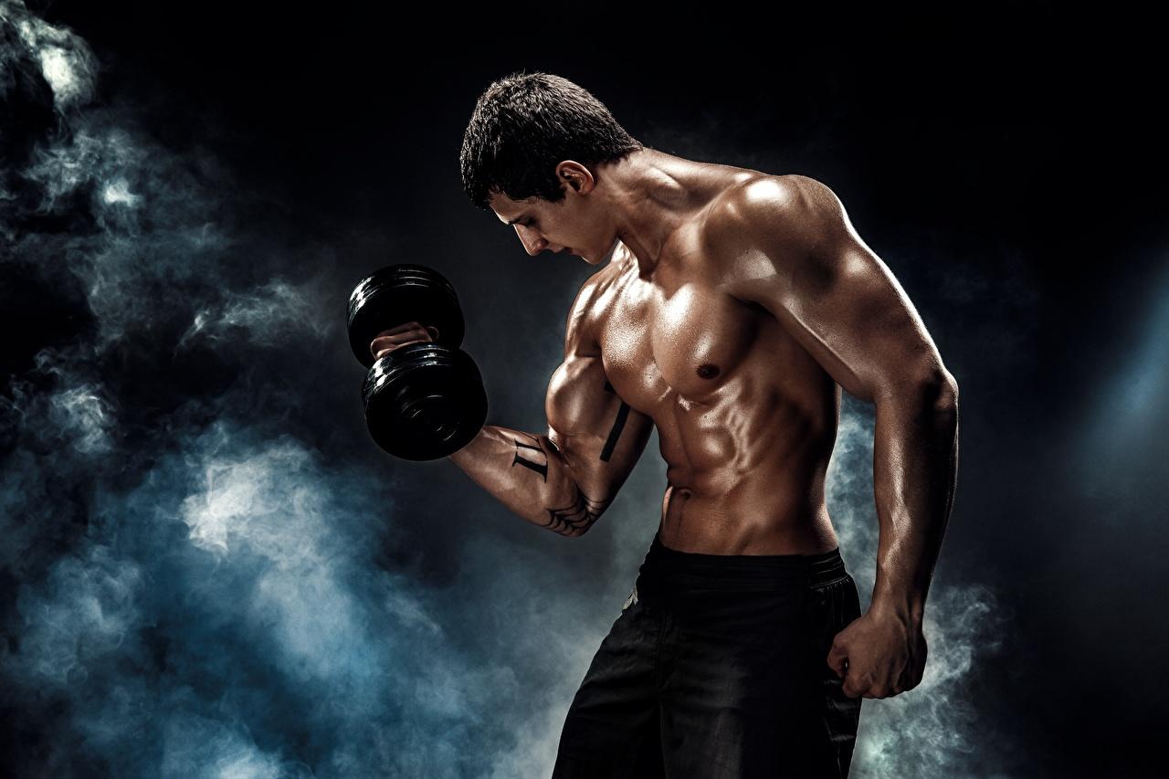 Картинка Мужчины мускулы тренируется красивый Гантели спортивные Дым Мышцы мужчина Тренировка физическое упражнение красивая Красивые Спорт гантеля гантель гантелей гантелями спортивная спортивный дымит