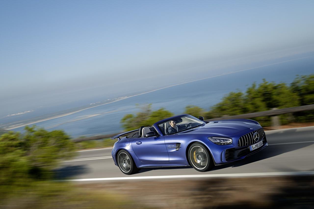 Фото Мерседес бенц GT R AMG Кабриолет синие едущий Автомобили Mercedes-Benz кабриолета синих Синий синяя едет едущая скорость Движение авто машина машины автомобиль