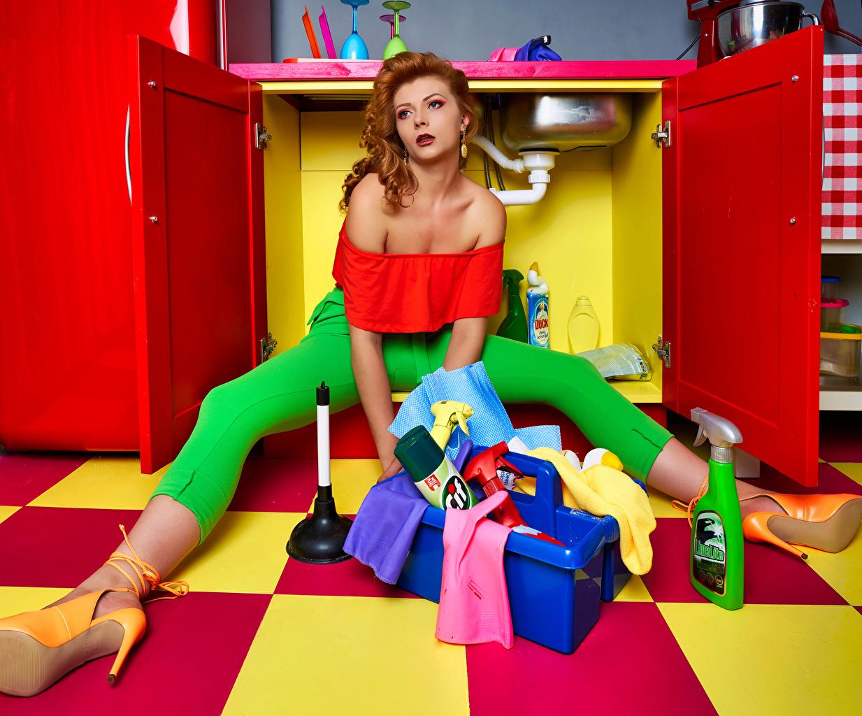 Картинки Ткань Рыжая Кухня Уборщица молодая женщина Ноги Сидит текстиль рыжие рыжих кухни девушка Девушки молодые женщины ног сидя сидящие